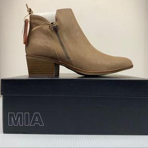 NIB Mia Neil Side Zip Stacked Bootie Sz 10 Taupe